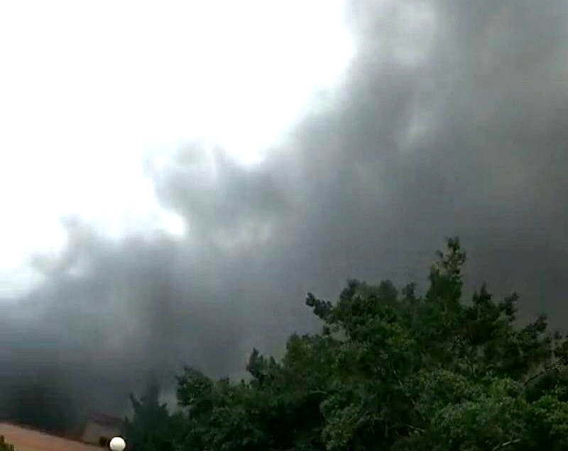 平南一小加工厂着火了!4辆消防车赶到现场救火