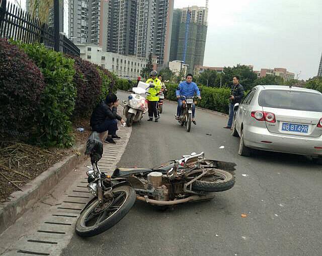 摩托车与小车相撞,衣服烂了现场还不少血