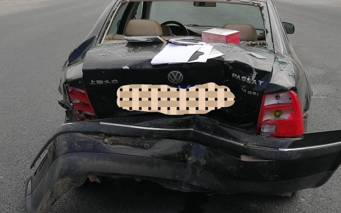 前面的大众车停了,后车刹车不住怼烂车尾