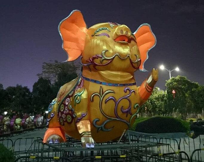 大亚湾惠民广场的花灯陆续亮相,期待亮灯
