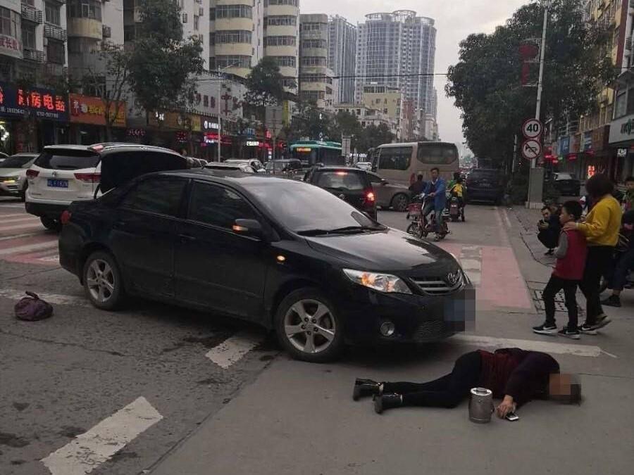 澳头安惠大道发生车祸,丰田车撞上妇女