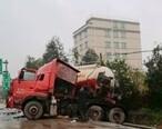 惠东这里发生车祸!现场几辆大货车侧翻!现场一片狼藉
