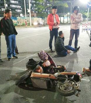 小车司机撞电动车后逃跑,居然还想拆车牌