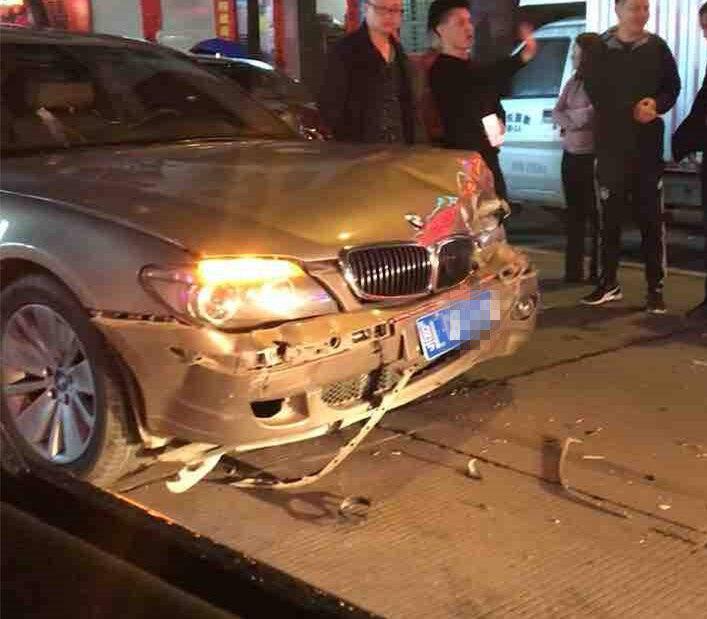 康泰花园门口发生车祸,宝马车头严重变形