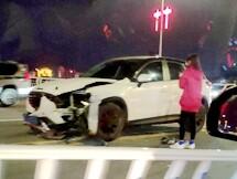 惠州女司机开车撞倒护栏,车头都没了!
