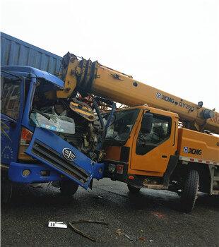 高速路口吊车撞大货车,货车车头严重损毁