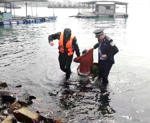 大亚湾一女子疑患绝症选择跳海!最后被救