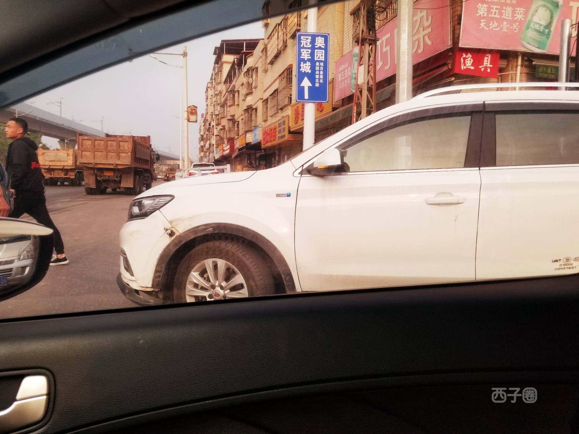 陈江一路口有车发生刮蹭,把右转车道堵了