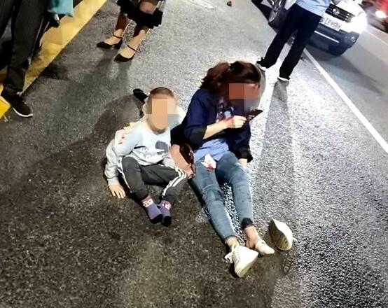 一辆摩托车被撞飞,母亲和孩子都受伤了