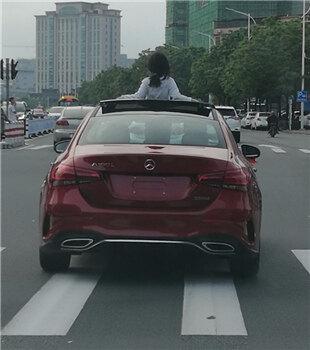 """惠州一小孩半身露出奔驰车天窗""""兜风"""" !"""
