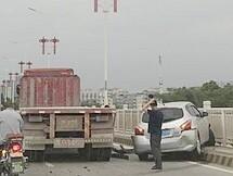 中信大桥又一辆小车铲上护栏,差点掉下桥
