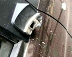 危险,危楼掉落瓷片石块砸坏小车后视镜