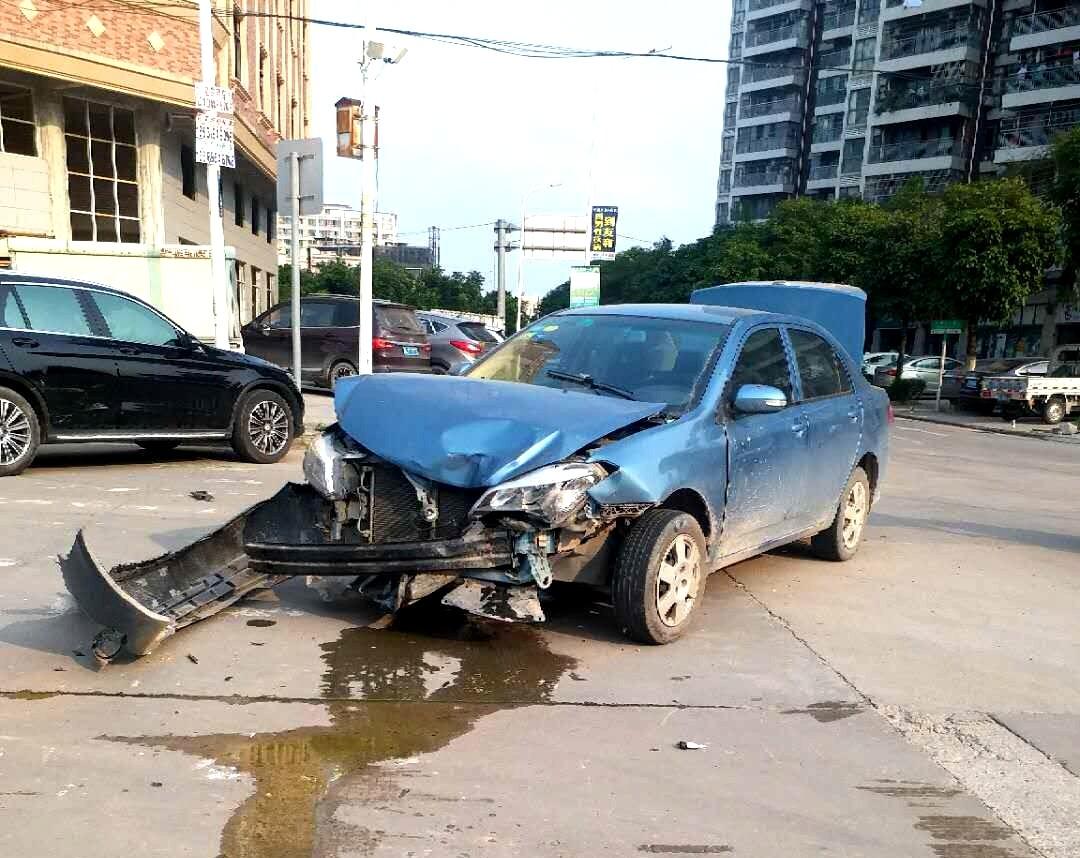 仲恺两车相撞,其中比亚迪车头几近报废