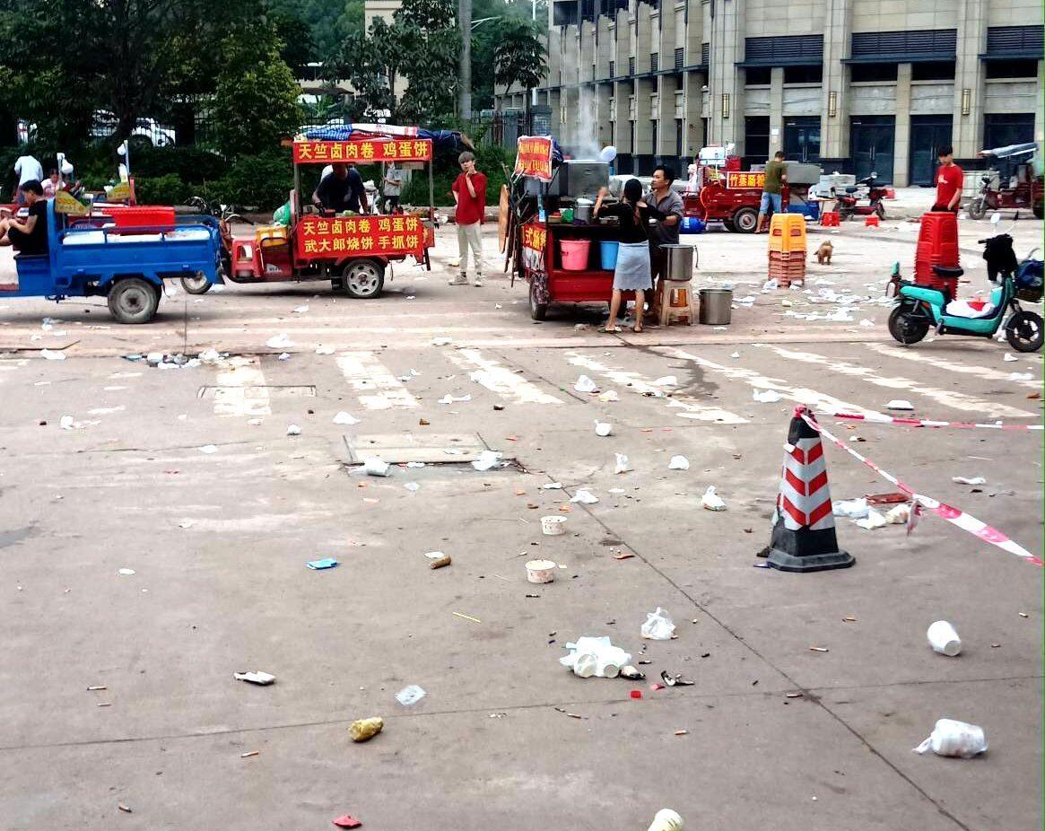 和畅六路龙旗厂门口也太乱了吧?满地垃圾