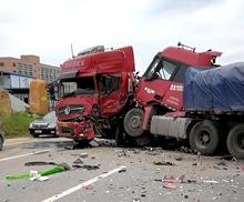 环城路两货车相撞,车头都烂了,满地碎片