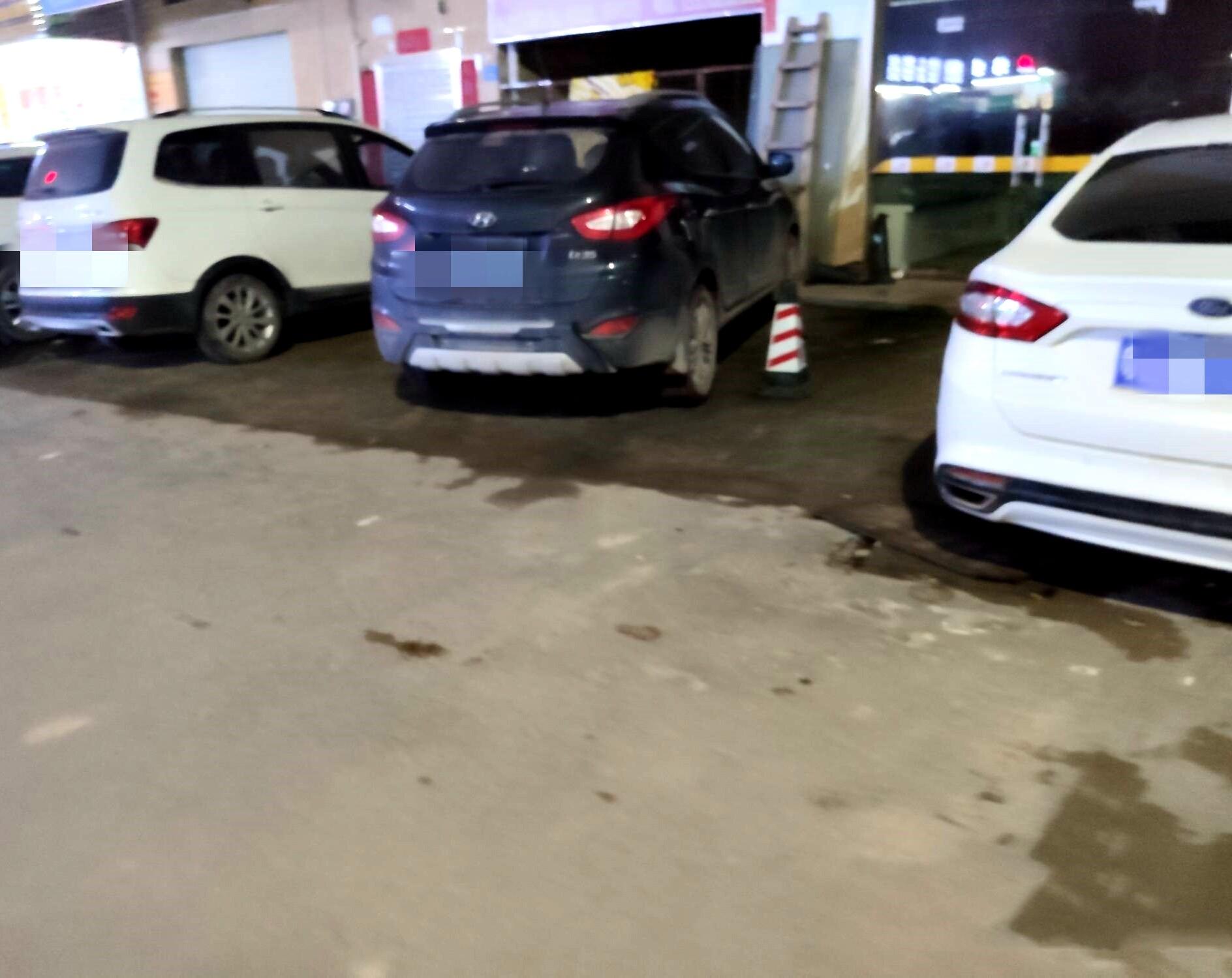 这车一下子占了两个车位,真的是无语