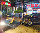 物业城一辆小车与公交车相撞!满地机油