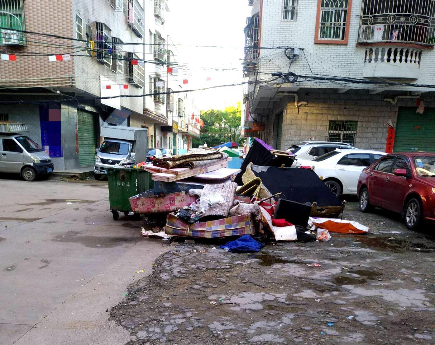摆在路边的垃圾堆,现在都没有人来清理了