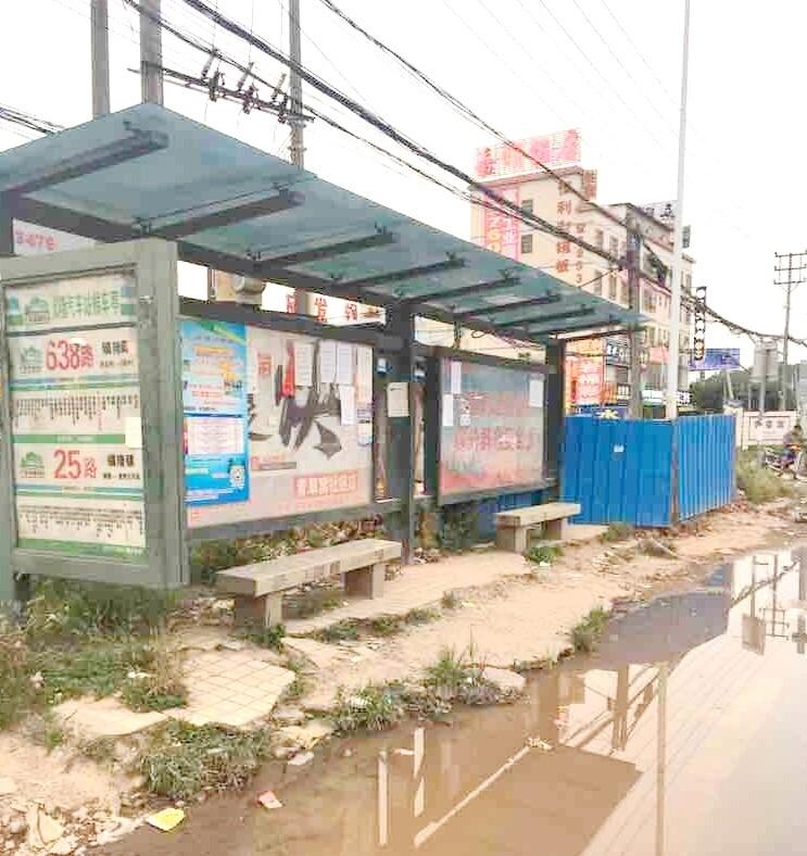 镇隆这个破旧不堪的公交站台,下雨天咋办