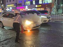 花街一小车自燃了!交警和民警出手相助