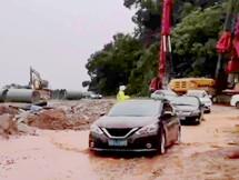 点赞惠东交警!大雨中指挥挖机救援车辆