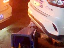 吉隆两小车发生碰撞,路边店铺被殃及