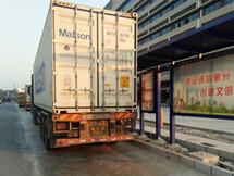 镇隆这条路都被大货车占道违停了!
