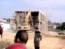 大岭一农村拆违建,挖掘机从大楼中间破开