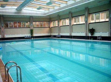 麦地一健身房2楼建室内游泳池,墙面已开