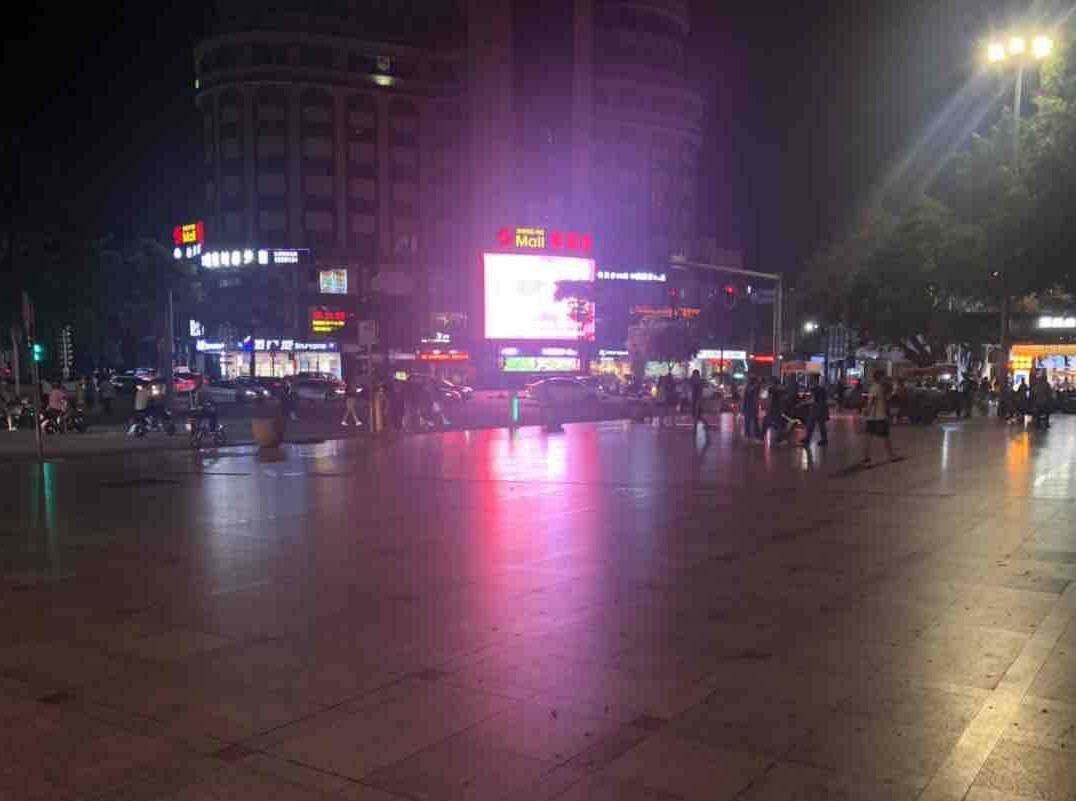热闹的滨江公园一夜之间无人摆摊,对比图