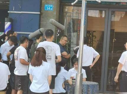 坐标惠城,我看到明星姜武在饭店门口拍戏