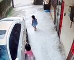 溺爱惹的祸!邻居小孩拿笔画我的车,她家长还不承认,拿出监控录像对质才道歉