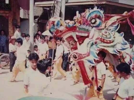 黄埠28年前的舞龙你看过吗?街上都是人