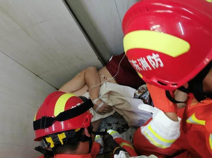 惠东一男子在厕所洞里掏东西,手被卡住了