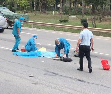 三环南路车祸现场,有人被盖上蓝布了