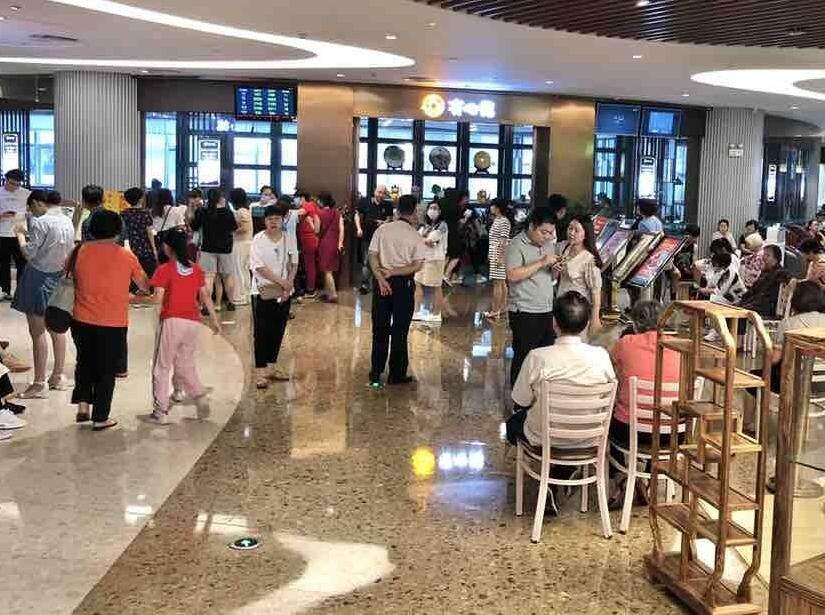 母亲节,隆生广场的饭店大排长队